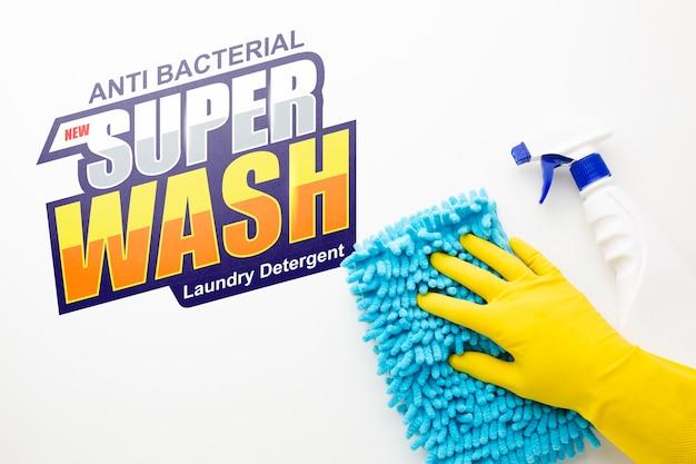 Mão limpando a superfície com mock-up