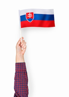 Mão mostrando a bandeira da república eslovaca