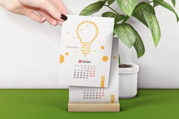 Mão segura maquete de página de calendário