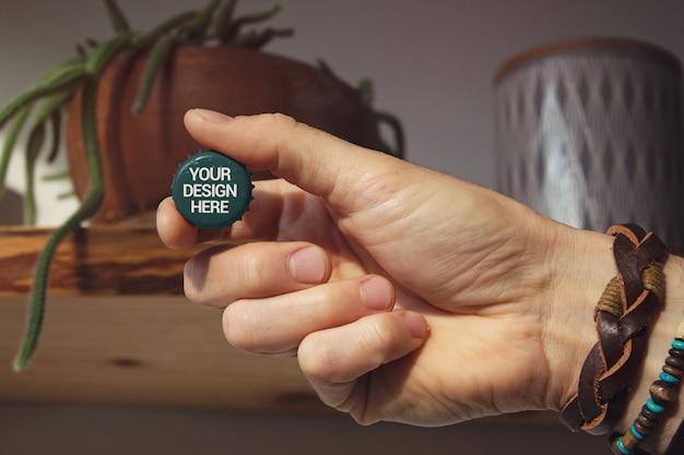 Mão segurando a maquete de boné
