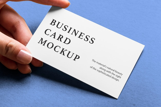 Mão segurando a maquete de cartão de visita
