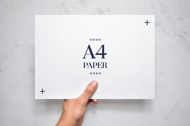 Mão segurando a maquete de panfleto