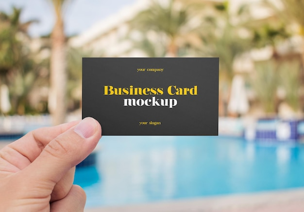 Mão segurando a maquete do cartão de visita