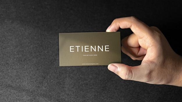 Mão segurando a maquete do cartão premium psd