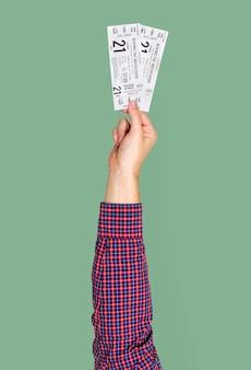 Mão segurando bilhetes de cinema