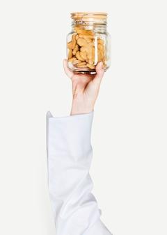 Mão segurando cookies