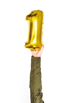 Mão segurando dourado 1