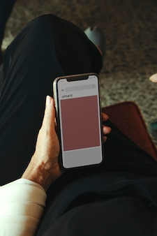 Mão segurando maquete de smartphone