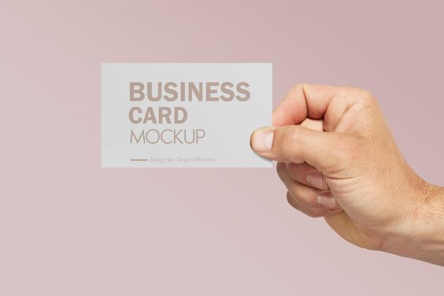 Mão segurando o cartão de visita