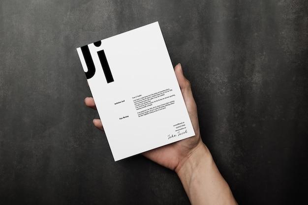 Mão segurando o modelo de cartão de convite