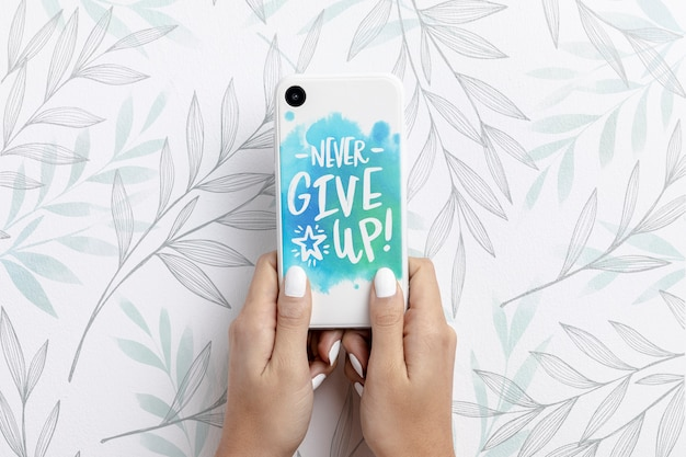 Mão segurando o smartphone com maquete