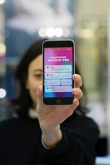 Mão segurando o smartphone moderno