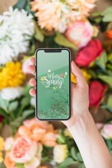 Mão, segurando, smartphone, mockup, acima, flores