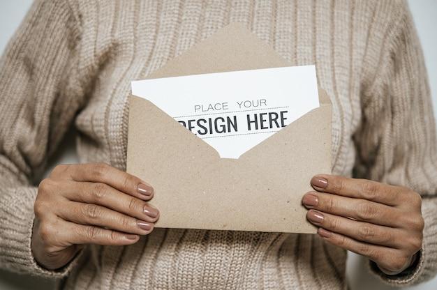 Mão segurando um cartão de saudação de papel