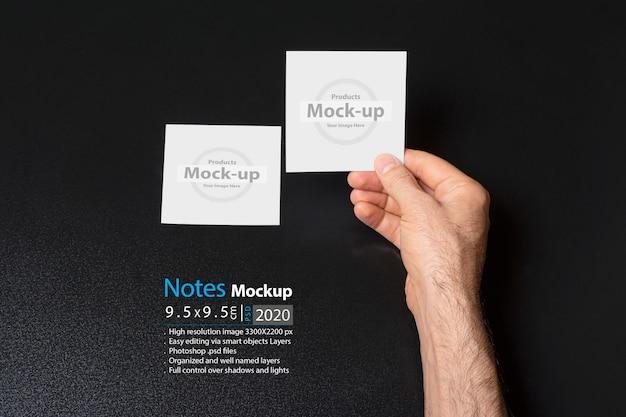 Mão segurando um notas em branco