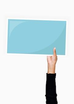 Mão segurando um papelão em branco