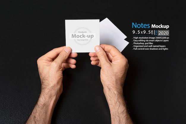 Mão segurando uma nota em branco