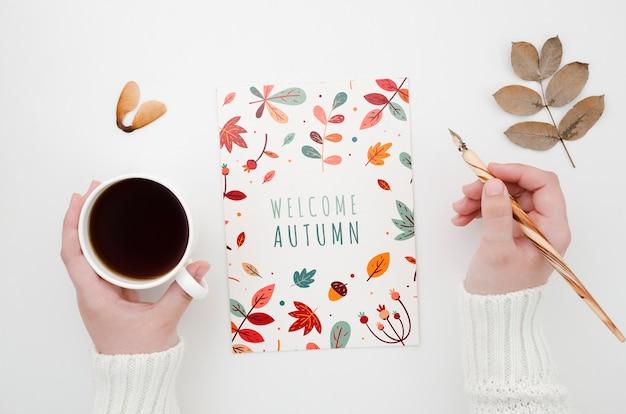 Mãos, segurando, café, e, caneta, perto, outono, cartão