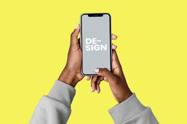 Mãos segurando um smartphone psd