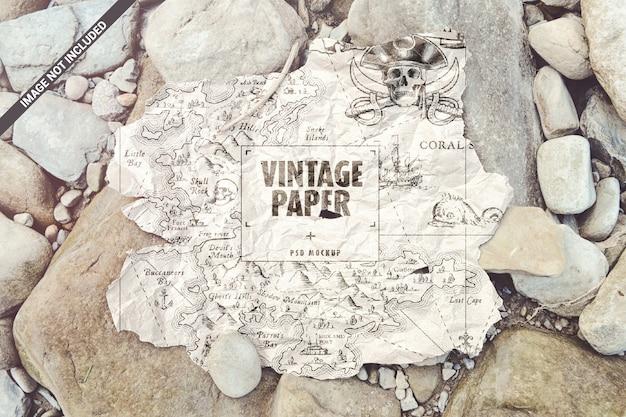 Mapa de papel velho rasgado na maquete de pedras