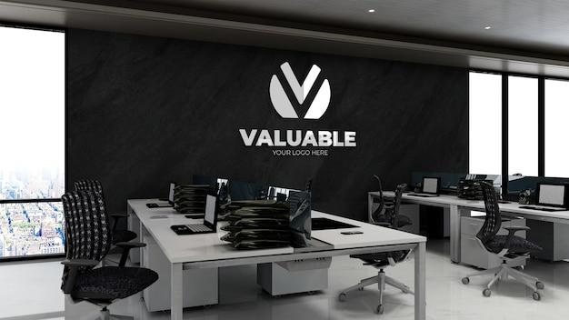 Maquete 3d do logotipo da empresa na área de trabalho do escritório com parede de pedra preta