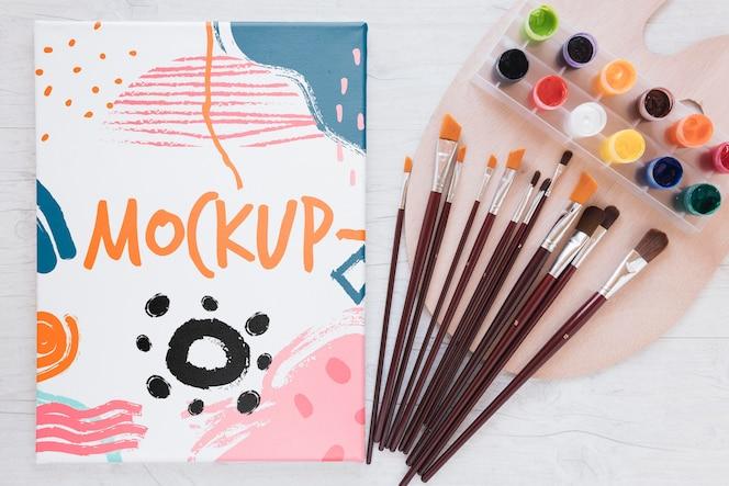 Maquete colorida de estúdio de arte com pincéis e vista superior