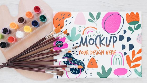 Maquete colorida de estúdio de arte com pincéis