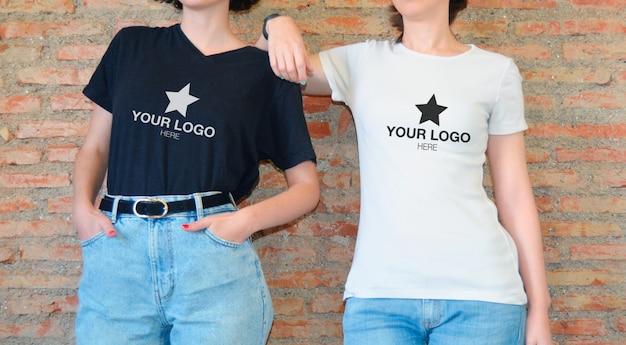 Maquete com camiseta preta e camiseta branca