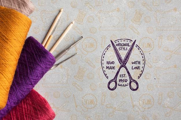 Maquete com fios de tricô coloridos