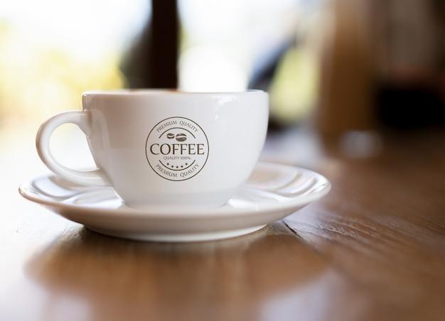 Maquete da caneca de café na mesa de madeira