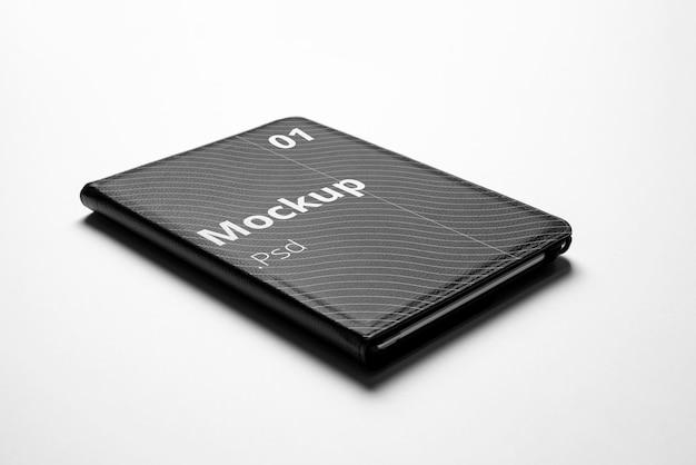 Maquete da capa do ipad acima do fundo branco editável com fotografia real