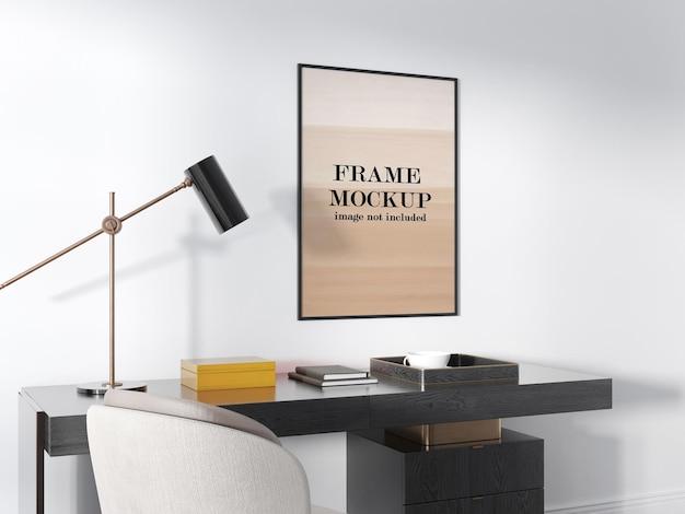 Maquete da moldura na parede branca acima da mesa de trabalho