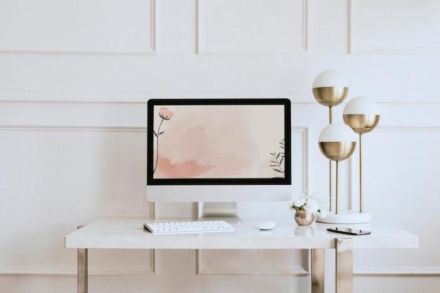 Maquete da tela do computador por uma lâmpada dourada