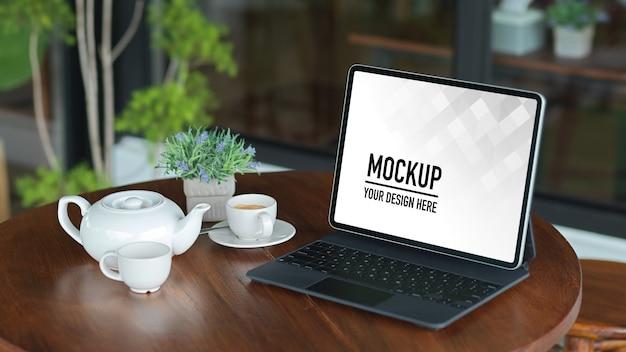 Maquete da tela do laptop com material de escritório na mesa branca