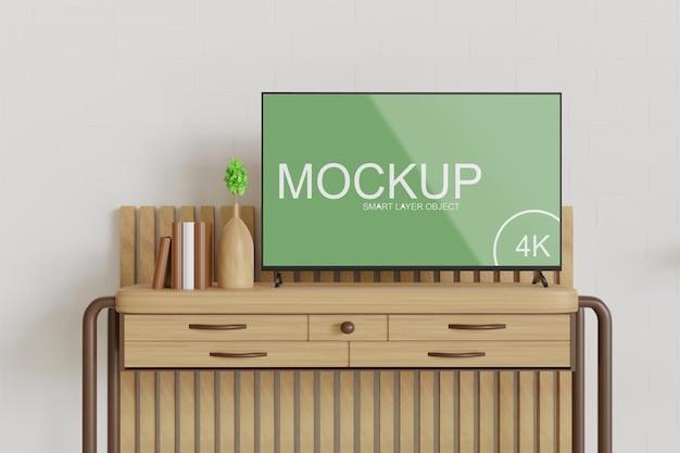 Maquete da tv em pé sobre a mesa de madeira