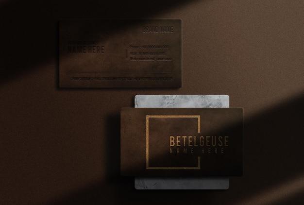 Maquete da vista superior do cartão de visita de luxo em couro dourado com relevo