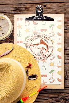 Maquete de acessórios de pesca e chapéu de verão