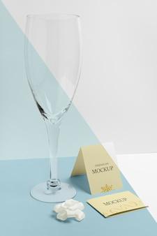 Maquete de ano novo em taça vazia de champanhe