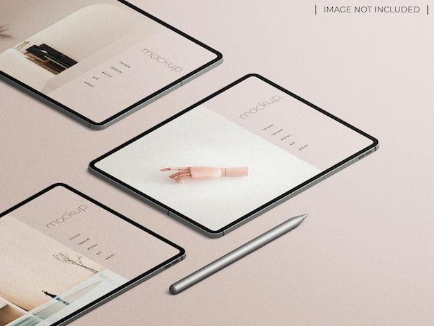 Maquete de apresentação de aplicativo multitela para tablet com caneta de lápis com vista isométrica isolada