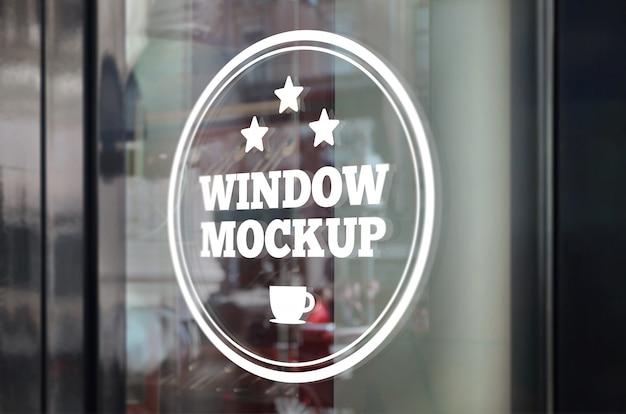 Maquete de apresentação do logotipo na janela do restaurante
