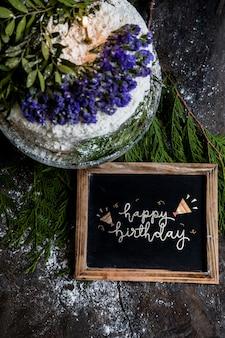 Maquete de ardósia com bolo de aniversário