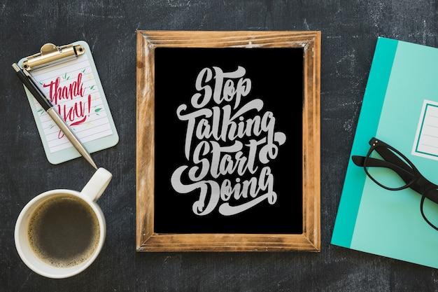 Maquete de ardósia com café e bloco de notas