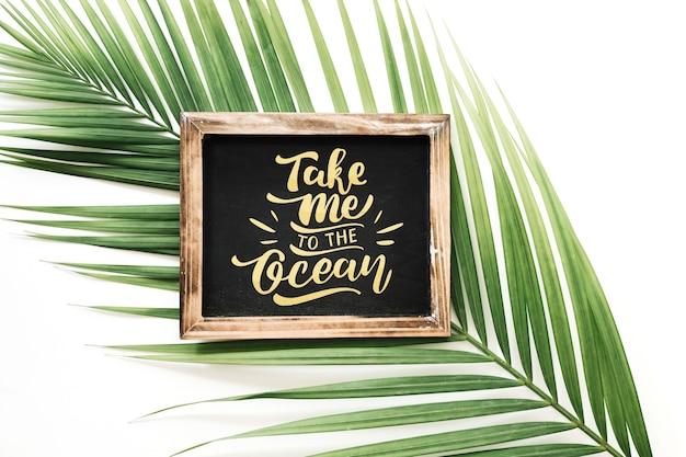 Maquete de ardósia com folha de palmeira
