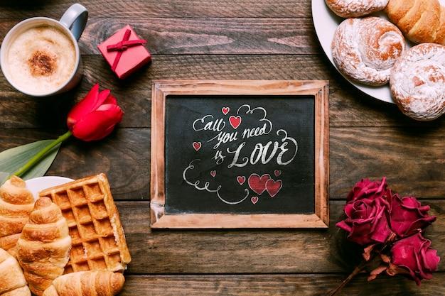 Maquete de ardósia de dia dos namorados com café da manhã