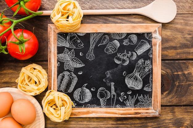 Maquete de ardósia decorativa com conceito de macarrão