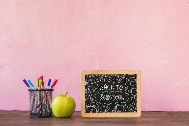 Maquete de ardósia decorativa com volta ao conceito de escola