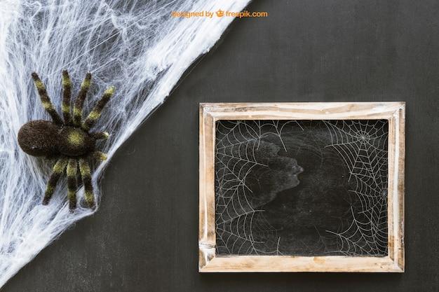 Maquete de ardósia do dia das bruxas com teia de aranha e aranha