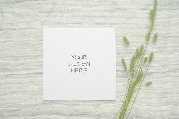 Maquete de artigos de papelaria de verão ard para cartão ou convite de casamento com ervas, carretel vintage de trança de algodão branco