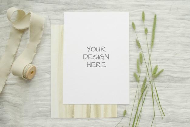 Maquete de artigos de papelaria de verão ard para cartão ou convite de casamento com ervas, carretel vintage de trança de algodão branco Psd Premium
