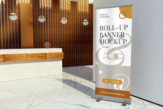 Maquete de banner de enrolar em pé na frente da recepção